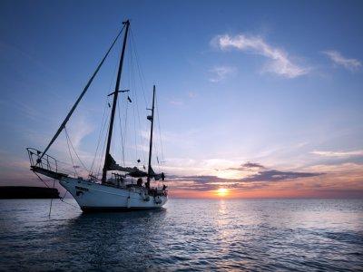 伊维萨岛的帆船+浮潜和午餐1天