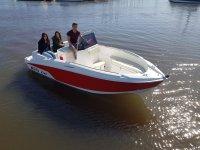 Sulla barca con gli amici