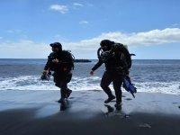 Buzos saliendo del mar tras la inmersión