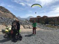 Preparando el vuelo de parapente en Canarias