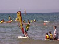 Levantandose en la tabla de windsurf