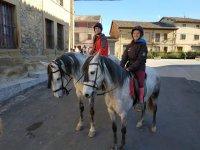 Chicos en los caballos
