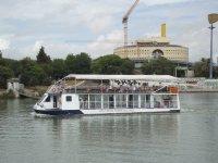 En crucero navegando por el rio