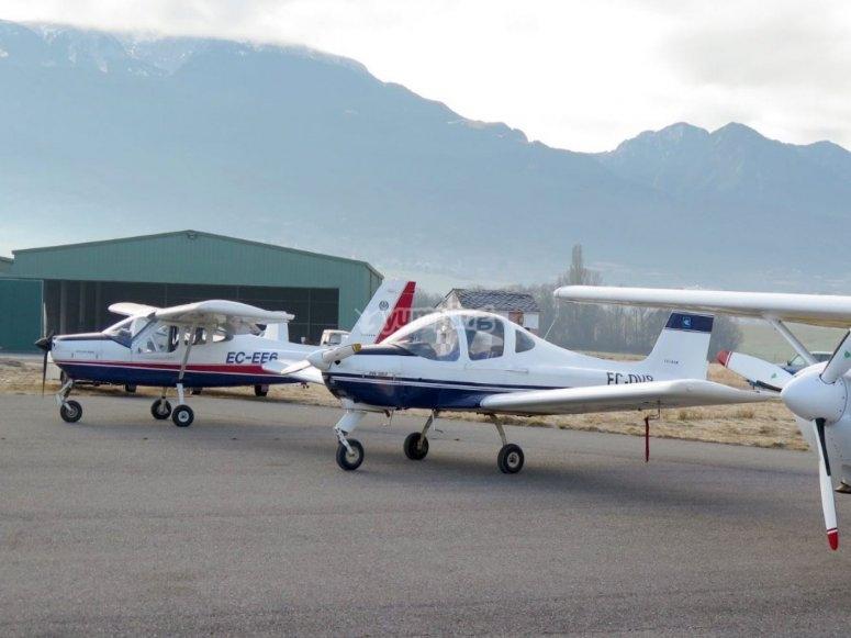 机库前面的飞机
