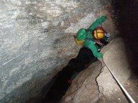 Rapelando dentro de la cueva