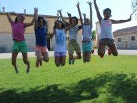 Los alumnos saltando