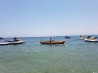 Kayak entre las motos de agua