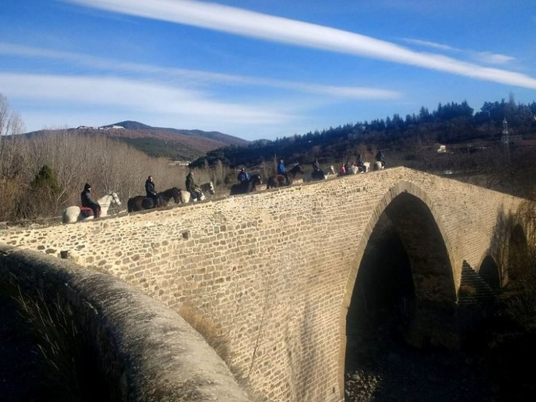 A caballo cruzando el puente