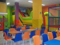 Cafeteria con toboganes al fondo
