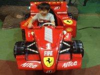 monta en el coche de carreras