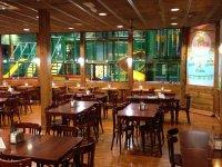 restaurante con vista a la zona de juego