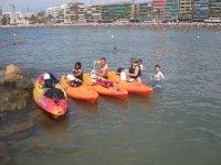 Preparando los kayak para empezar la ruta