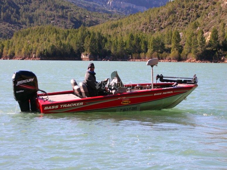 学习在船上钓鱼