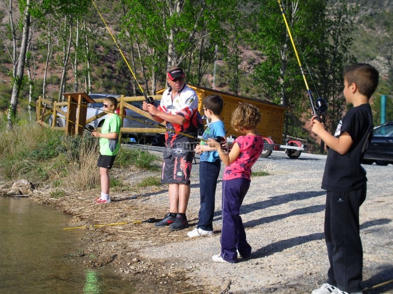 年轻人学习钓鱼