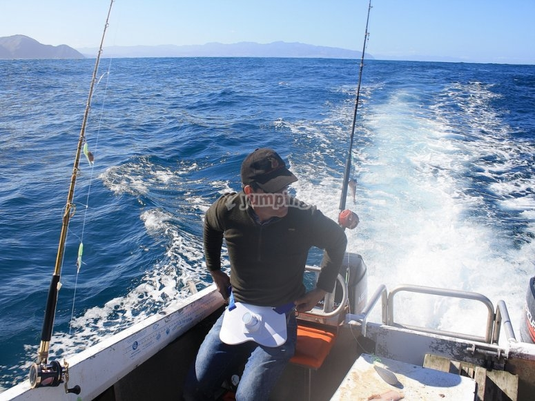 从船上钓鱼