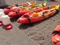 皮划艇在沙滩上。