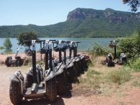 Segways alineados frente al embalse