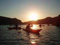 而浸泡在太阳下山的瀑布在水库AquaSlider皮艇