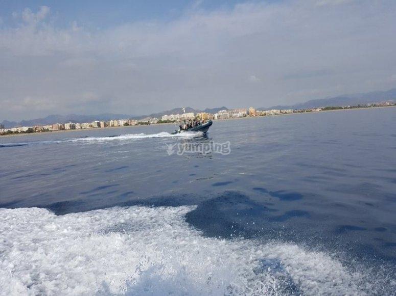 Disfrutando de un paseo en lancha por el Mediterraneo