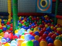 Diviertete en la piscina de bolas