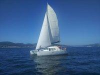 Barco a vela en el litoral occidental