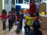 Niños bailando con la monitora