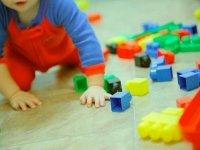 Nino con piezas de lego
