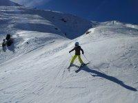 Nino descendiendo con los esquis de nieve