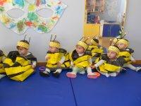 Niños con disfraz de avispa