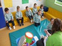 Niños con monitora