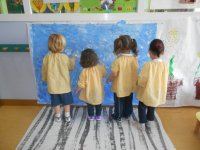 Niños haciendo talleres