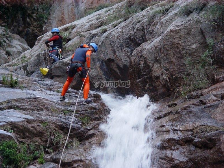 在峡谷中的瀑布-95-阿米加斯进行速降