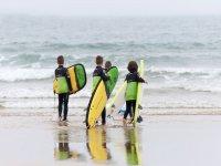 Giovani studenti di surf nelle Asturie