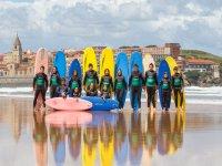 Surfisti sulla costa di Gijon