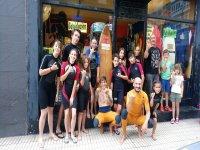 Alumnos en nuestra tienda de surf