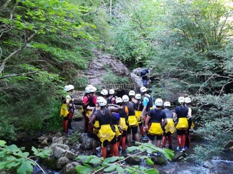 下降壮观的峡谷集团barranquistas