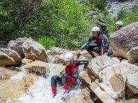 Bajando entre las rocas del barranco