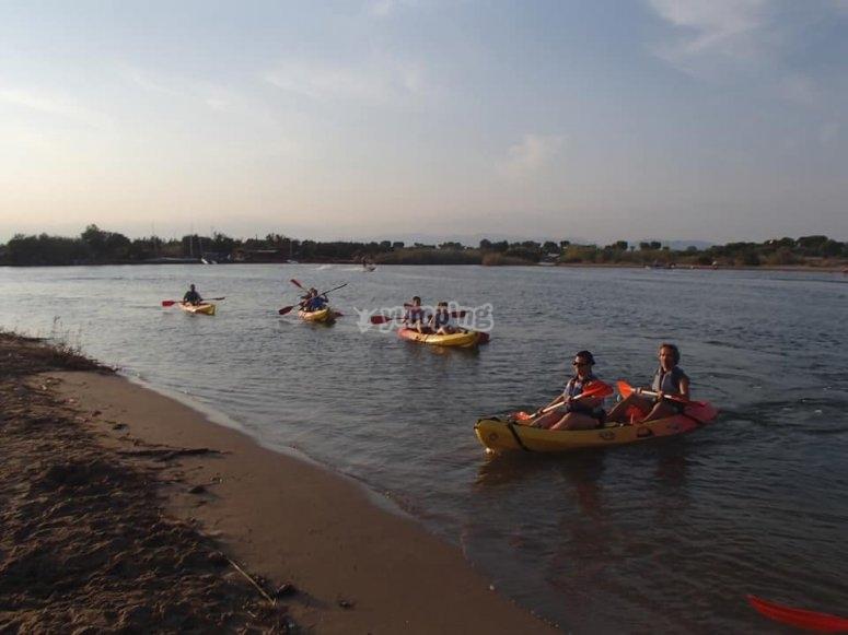 Llegando a la orilla con los kayaks