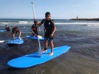 在马贝拉划桨冲浪