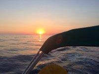 Paseo en barco al atardecer en Barcelona