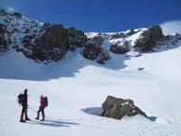 Practicando senderismo en montaña nevada