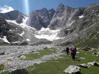 Excursión de senderismo entre montañas