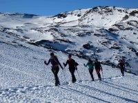 Practicando senderismo invernal en Sierra Nevada