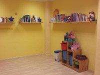 Gran sala con juguetes y libros