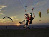 男人和女人滑翔伞串联
