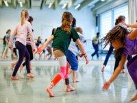 Alumnas bailando frente al espejo
