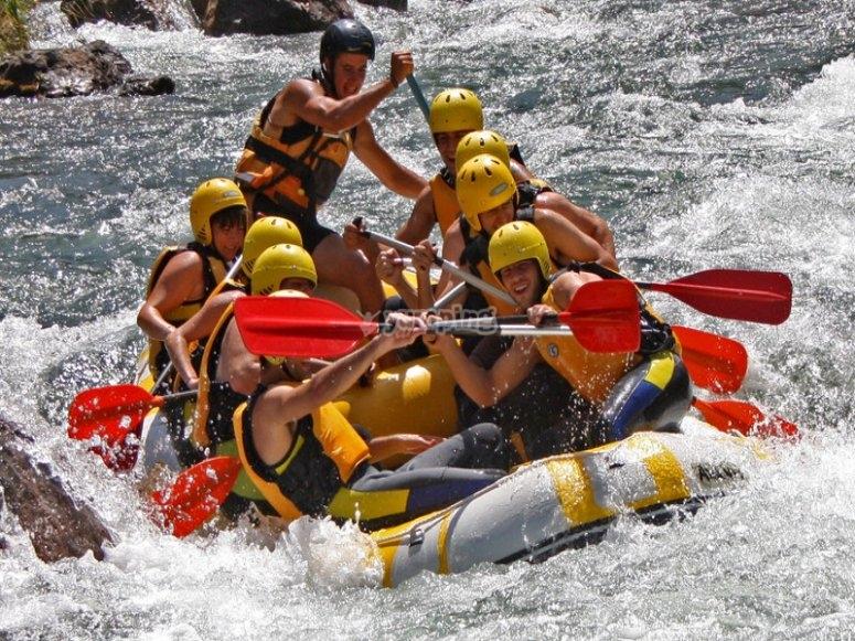 Disfrutando en rafting de aguas bravas