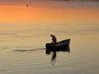 Pequeña embarcación pescando