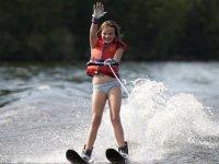 Niña realizando esquí acuático