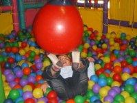 jugando en la piscina de bolas